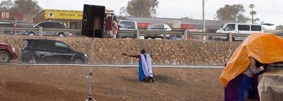 nur noch eine Frau kniete und lobte Gott